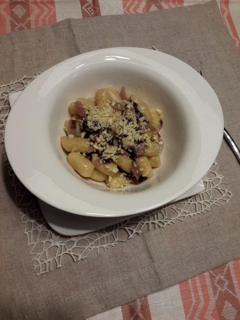 gnocchi di patate con radicchio rosso e anacardi