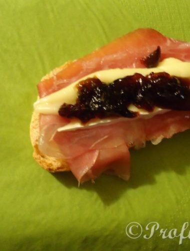 Gelatina Balsamica su Brie, prosciutto San Daniele croccante e pane tostato