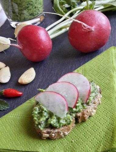 Pesto di foglie di ravanelli su pane