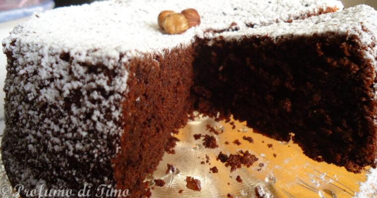 Torta di cioccolato dal cuore tenero con nocciole